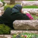 הנצחה וזיכרון לדורות - אישה משתטחת על קבר