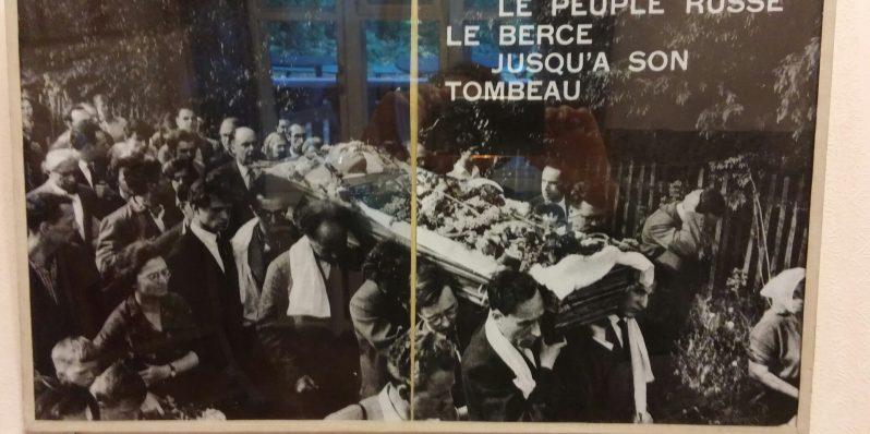 הלווייתו של בוריס פסטרנק. בנו יבגני בין נושאי הארון. הוא כתב את הביוגרפיה של אביו